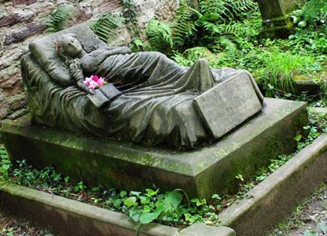 Необычные надгробные памятники: жуткие, трогательные, странные (23 фото)