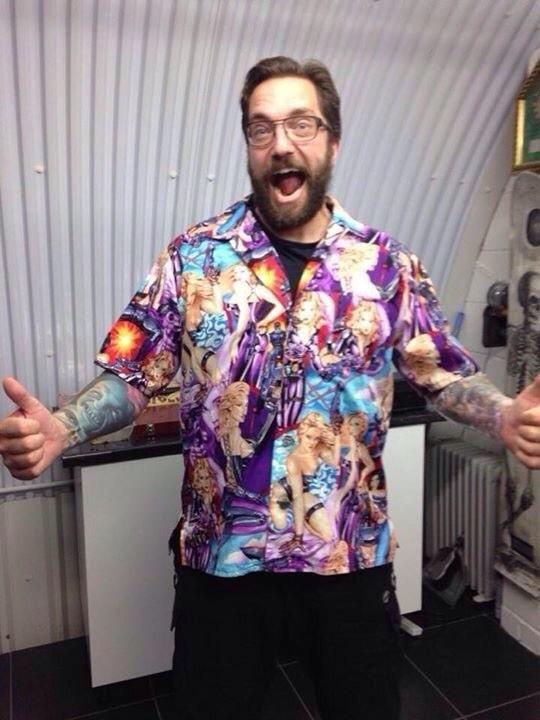 Рубашка стала причиной скандала (4 фото)
