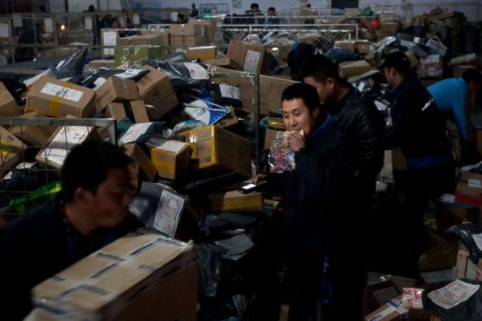 Как выглядит китайская почта изнутри (28 фото)