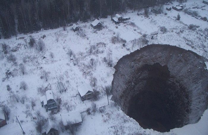 Пермский край: появились снимки провала грунта в Соликамске (5 фото)