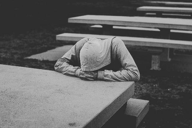 Уставшие от жизни люди (4 фото)