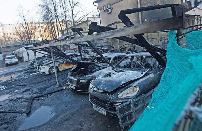 В центре Москвы пожар уничтожил более 10 дорогих иномарок (9 фото)