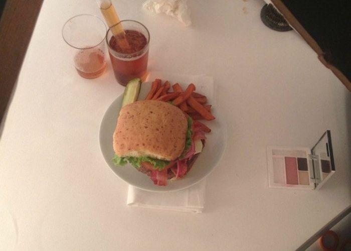 Разница в приготовлении обычных и рекламных бургеров (9 фото)