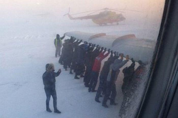 В аэродроме Играска пассажиры толкали самолет с замерзшим шасси (4 фото + 1 видео)