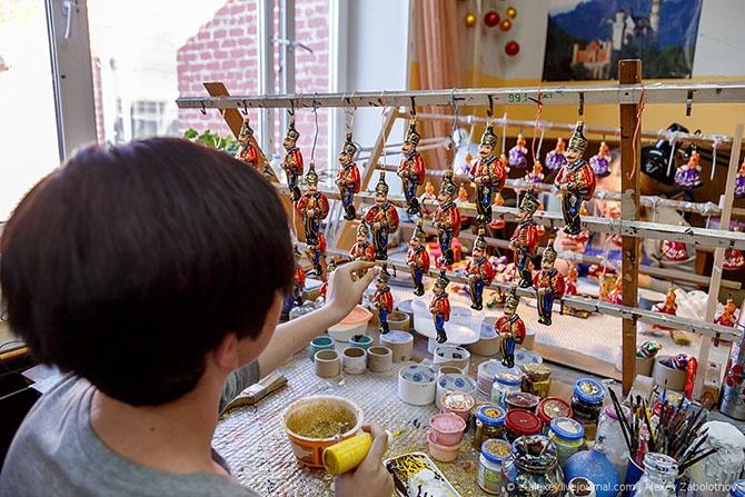 Как делают ёлочные игрушки (33 фото)