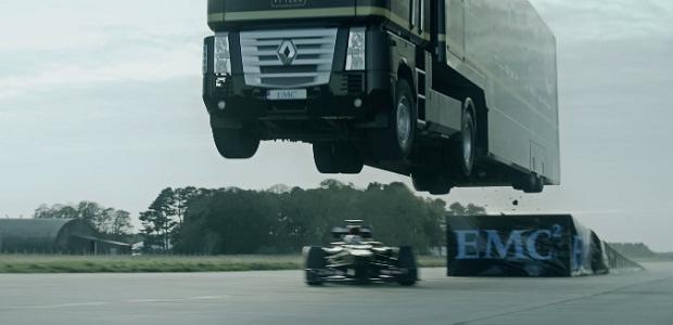 Грузовик перепрыгнул через болид «Формулы 1» (1 фото + 1 видео)