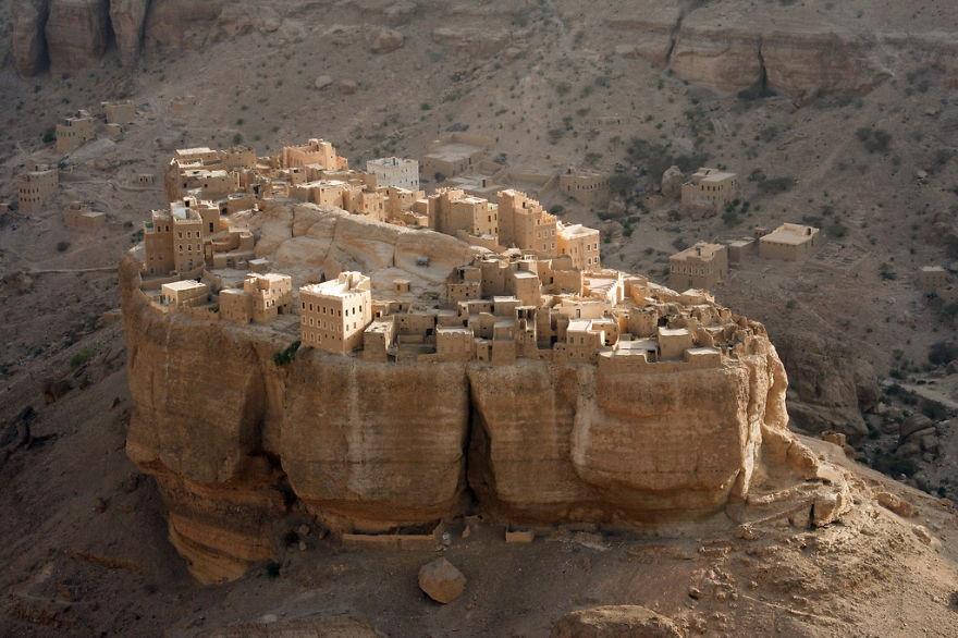 Красивые города и поселки, расположенные на утесах (16 фото)