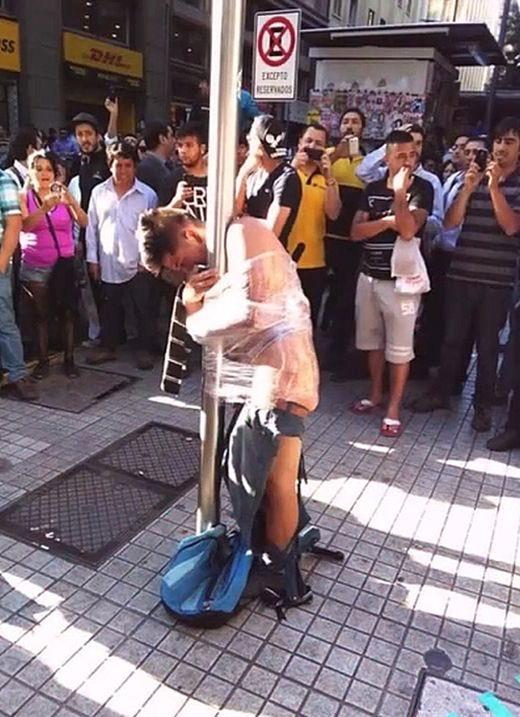 Чили: жители устроили самосуд над грабителем пенсионерки (3 фото)