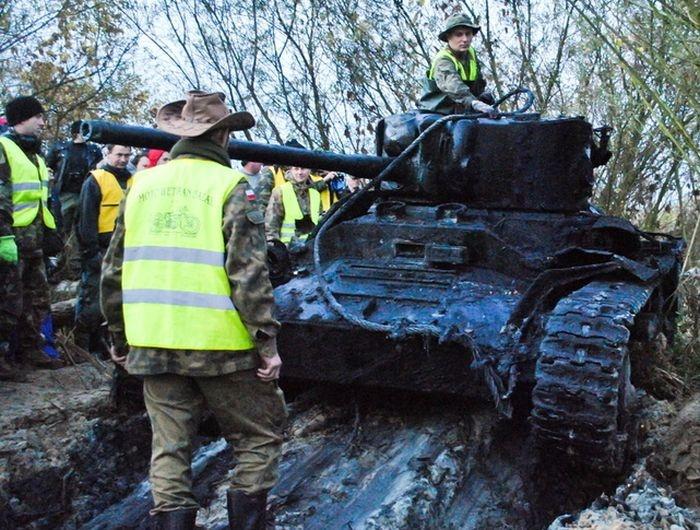 Танк Красной Армии подняли со дна польской реки Варта (10 фото)