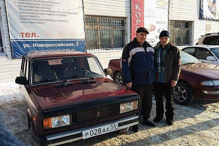 Как жители Омска помогли 73-летнему пенсионеру после поджога его машины (2 фото)
