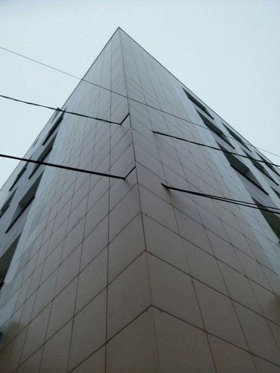 Тверь: строители проявили «гениальную» смекалку при обновлении фасада медицинской академии (4 фото)