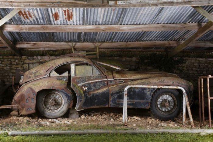 Франция: многомиллионная коллекция авто в заброшенных ангарах (21 фото)
