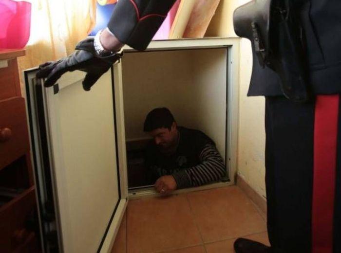 Италия: главарь мафии Неаполя прятался в холодильнике (7 фото)