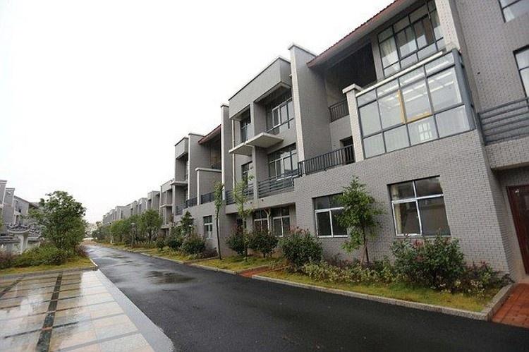 Миллионер построил новые дома для всех бывших односельчан (7 фото)
