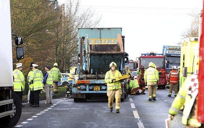 Великобритания: женщина, зажатая в искореженной машине между двумя грузовиками, выжила (4 фото)