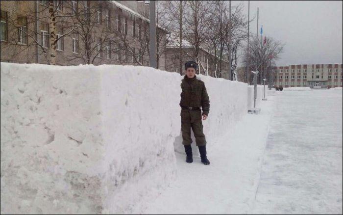 Креативное зимнее украшение воинских частей и городских улиц (15 фото)