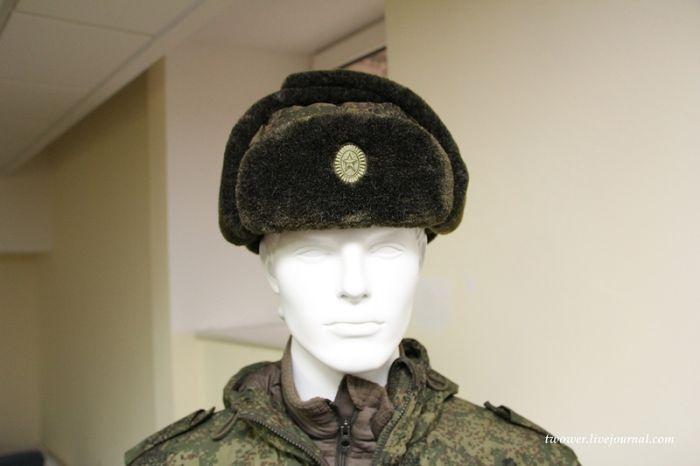 Как солдаты изучают возможности ношения новой шапки-ушанки (8 фото)