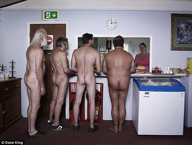Как живет британская деревня нудистов (9 фото)