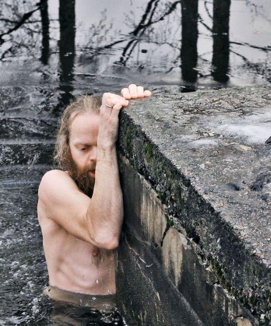 Норвегия: мужчина залез в ледяную воду ради спасения утки (4 фото)