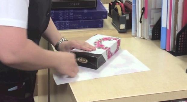 Как быстро упаковать новогодний подарок (1 фото + 1 видео)