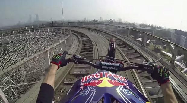 На мотоцикле по Американским горкам (1 фото + 1 видео)