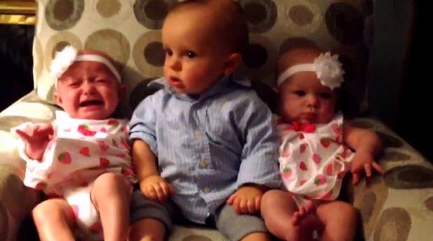 Малыш впервые увидел близнецов (1 фото + 1 видео)