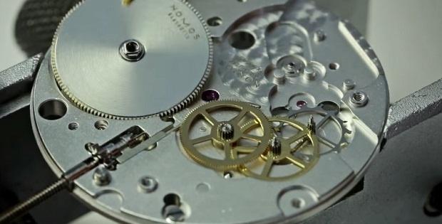 Как собирают часовой механизм (1 фото + 1 видео)