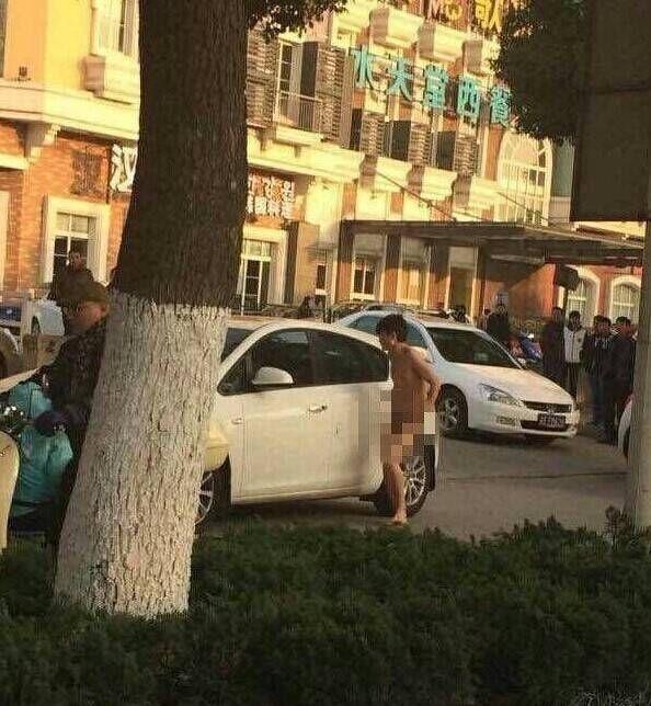 Китай: из-за измены женщина оставила на улице голыми своего мужа и сестру (5 фото)