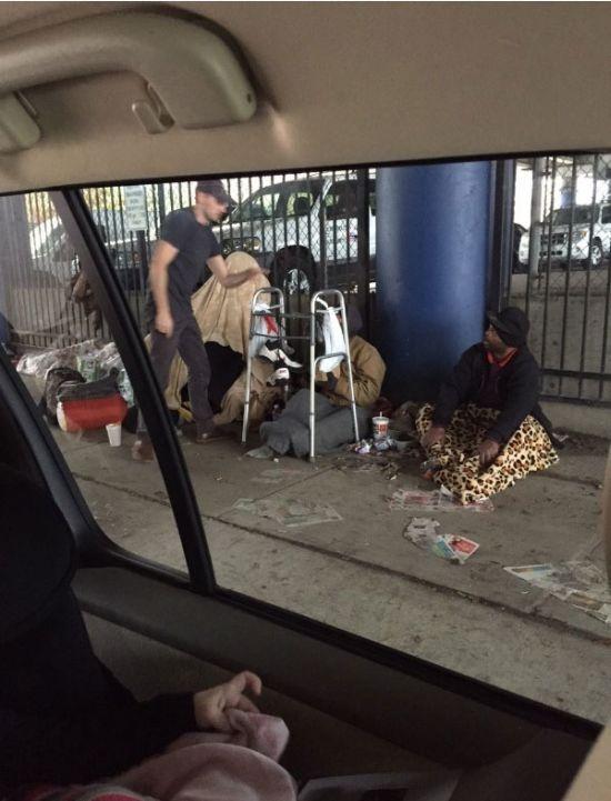 Мальчик помог бездомным (6 фото)