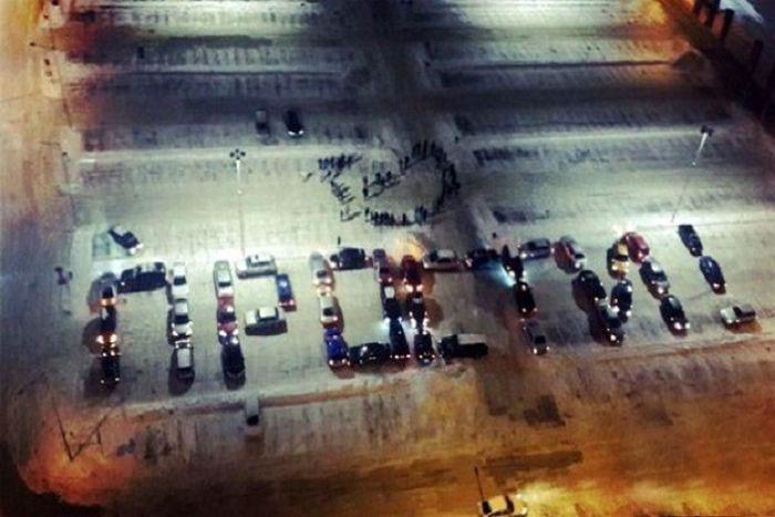 Сургут: 45 автомобилей составили слово «Прости!» (3 фото + 1 видео)