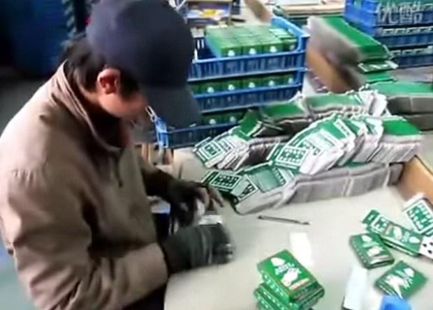 Упаковщик игральных карт на китайской фабрике (1 фото + 1 видео)