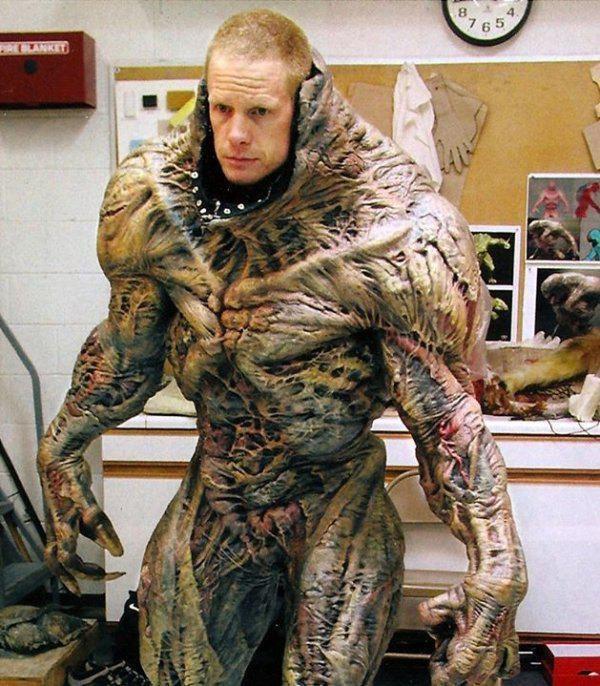 Истинное лицо киношных монстров (11 фото)