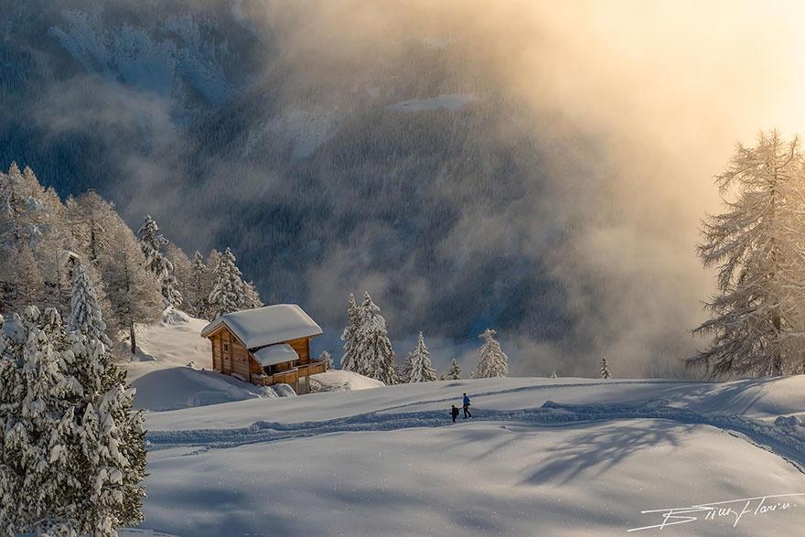 Домики, затерявшиеся в снегу (20 фото)