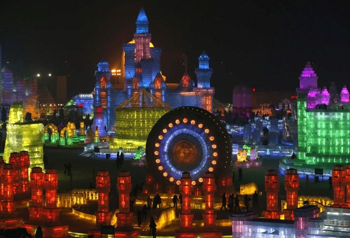 Китай: в Харбине проходит фестиваль скульптур из снега и льда (27 фото)