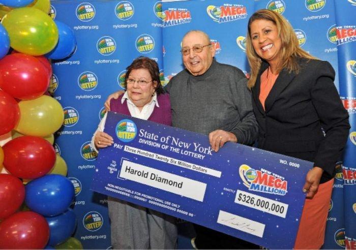 Америка: 80-летний пенсионер выиграл джек-пот в размере 326 миллионов долларов (3 фото)