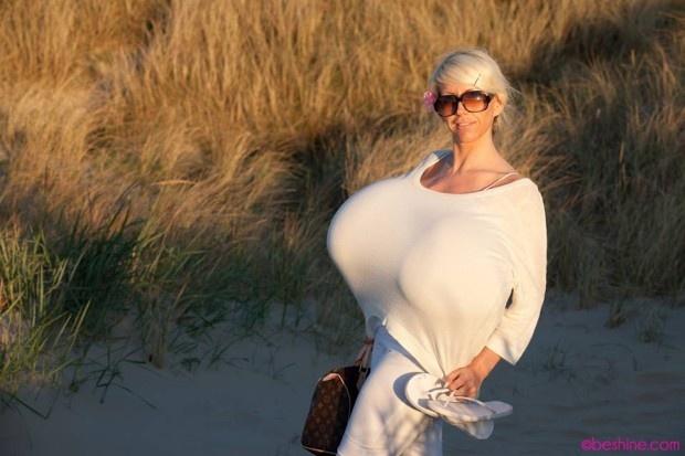 Обладательница самой большой груди в мире (4 фото)