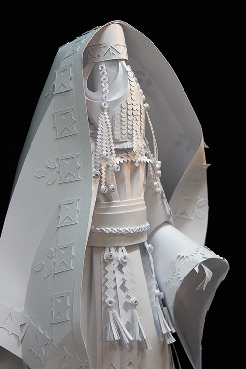 Нежные традиционные костюмы из бумаги (14 фото)