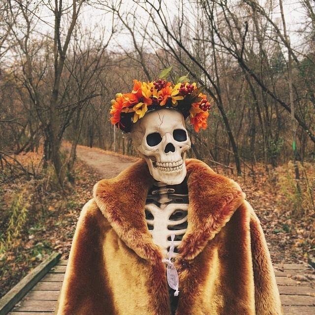 Скелет копирует поведение девушек (15 фото)