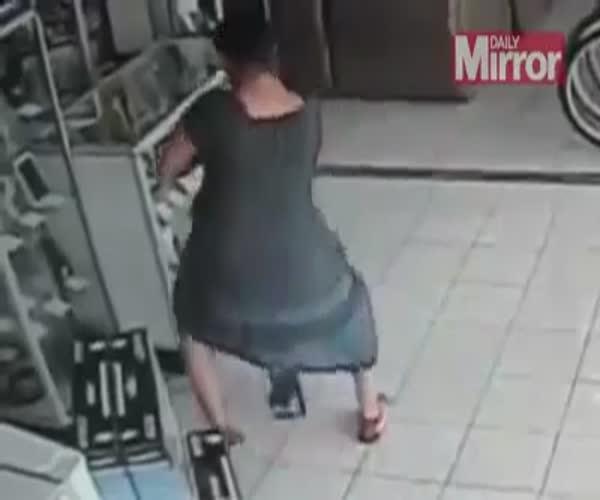 Посетительница магазина украла плазменный телевизор необычным способом