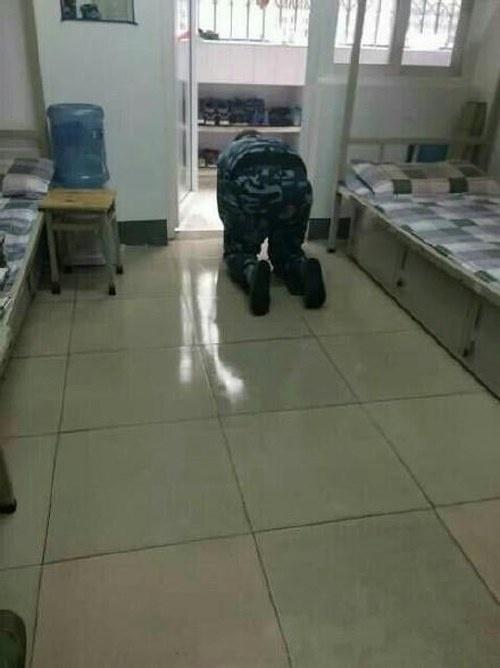 Чтобы доказать чистоту туалета, кадет вылизал его (5 фото)