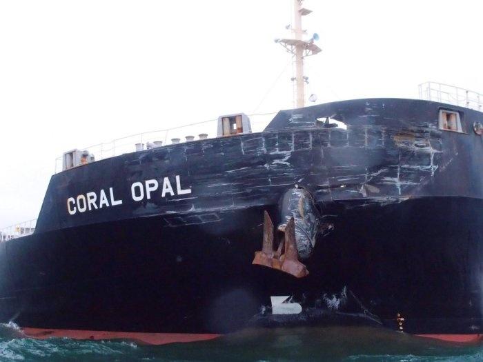 Последствия столкновения двух морских судов (4 фото)