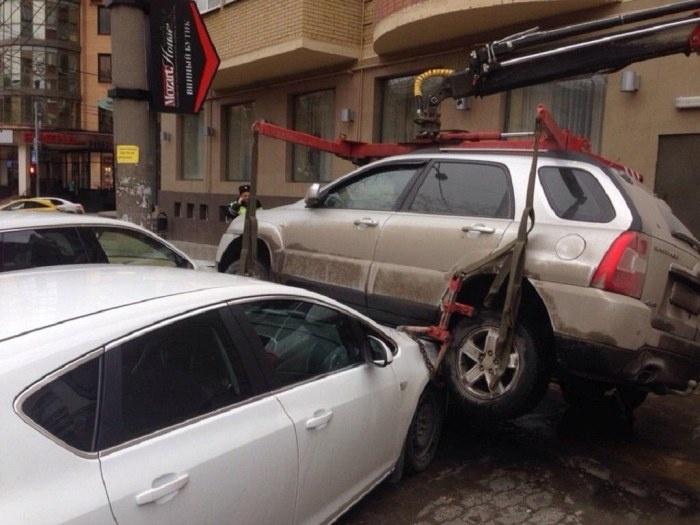 Неудачная эвакуация машины в Ростове - кроссовер упал на Porsche и Opel (2 фото и видео)
