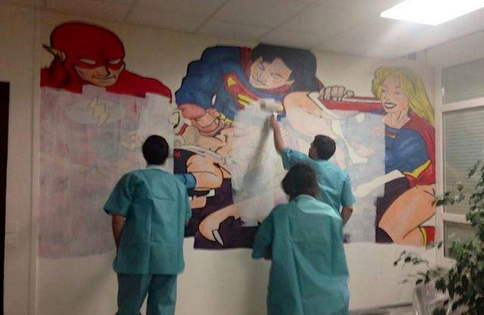 Жесткая картинка на стене французской больницы (2 фото)