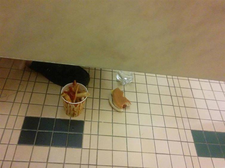 16 необычных фото, сделанных в общественном туалете