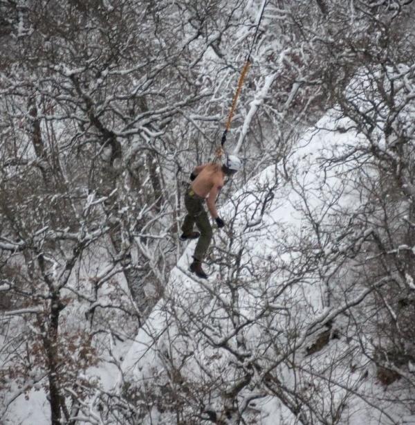 Подвешенный за кожу русский джампер прыгнул с огромной высоты (16 фото и видео)