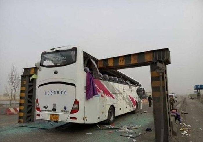 Необычная авария с участием двухэтажного автобуса (5 фото)