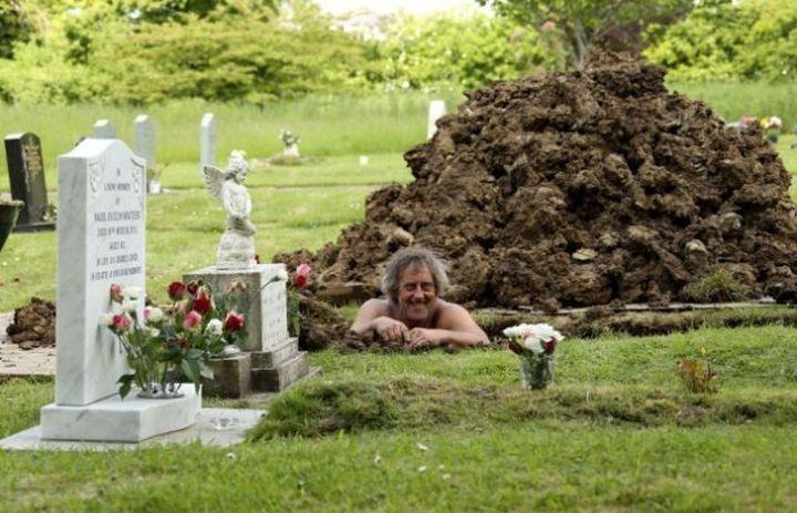 Работа землекопа на кладбище