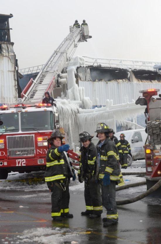 Что происходит после тушения пожара в мороз (11 фото)