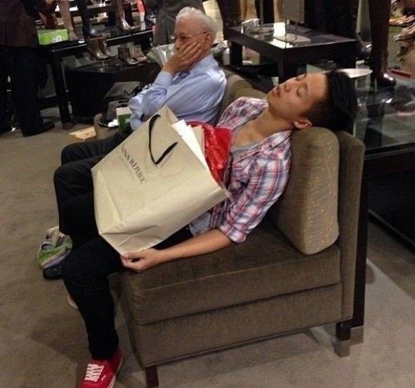 Мужчины в магазинах в ожидании женщин