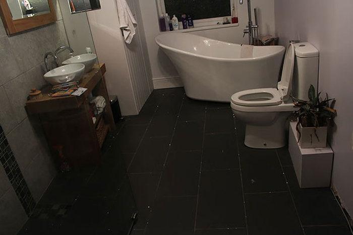 Ночное небо на полу в ванной комнате (5 фото)